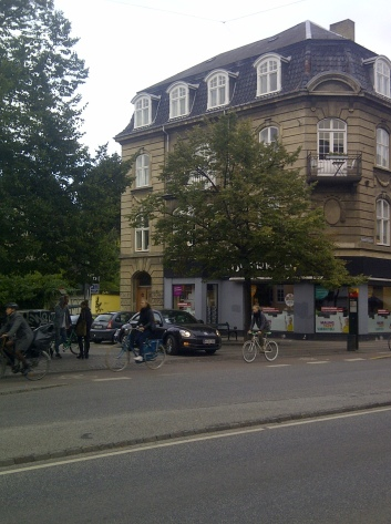 (Cars in Frederiksberg, Copenhagen wishing to join a main road must give way to cyclists and pedestrians)